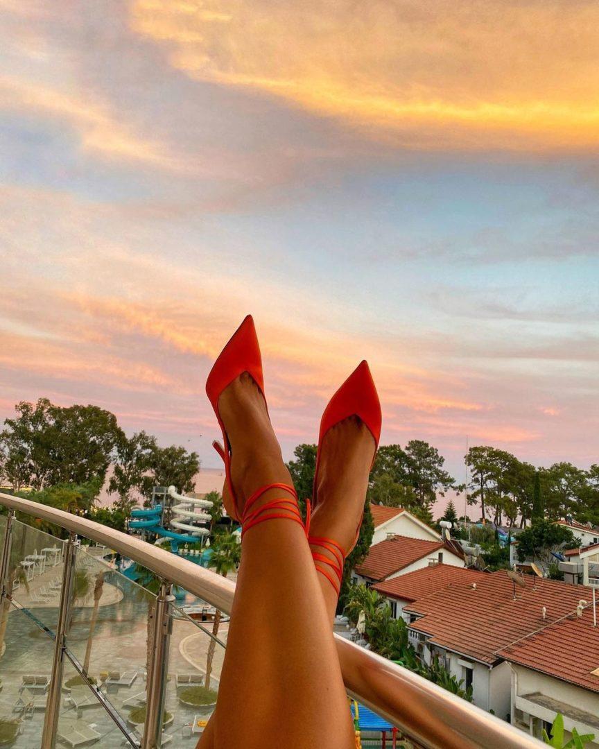 Ноги Леси Никитюк на фоне како-го курорта