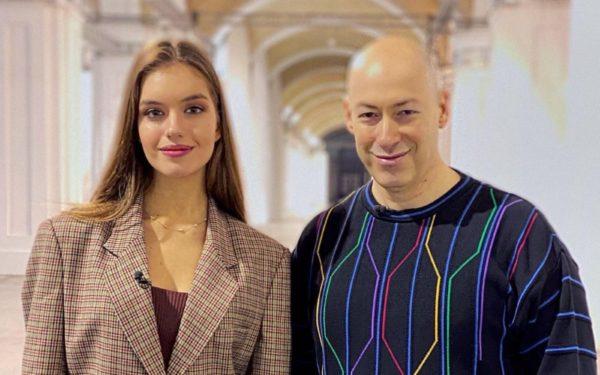 Олександра Кучеренко показала стрункі ноги, і, щоб точно вже привернути до них увагу, опублікувала цілу добірку