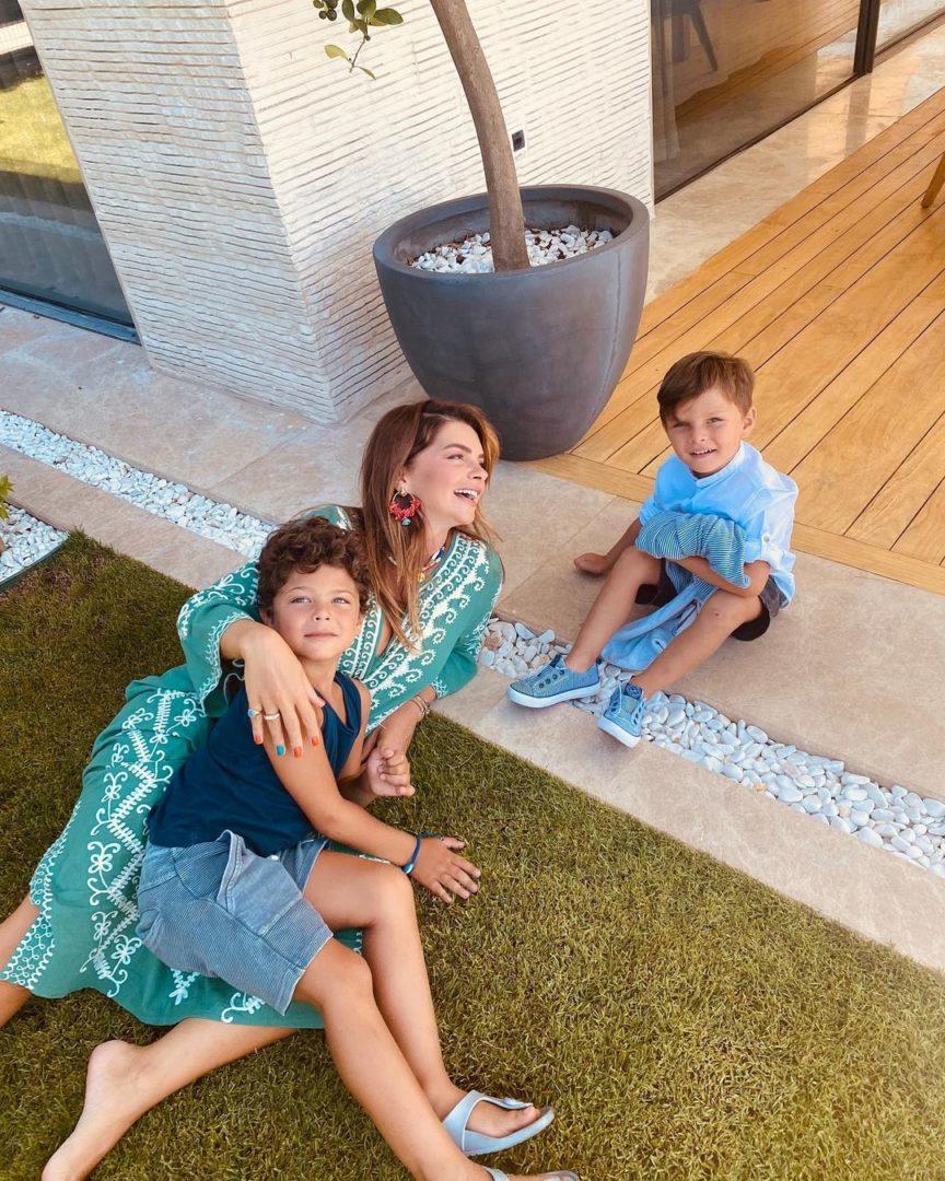 Пелін Карахан з синами