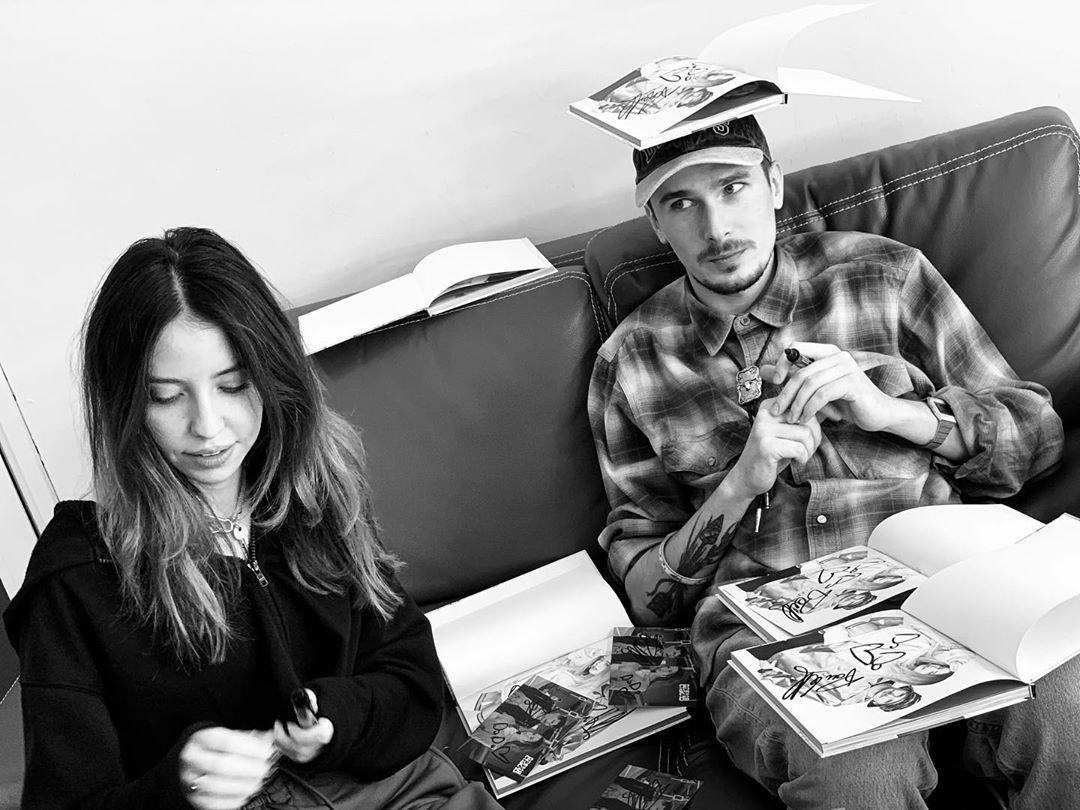 Надя Дорофєєва та Позитив підписують книги