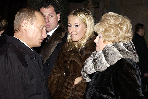 Ксения с матерью и Владимиром Путиным