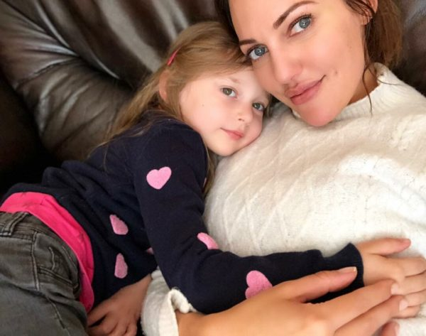 Мерьем Узерли с дочкой