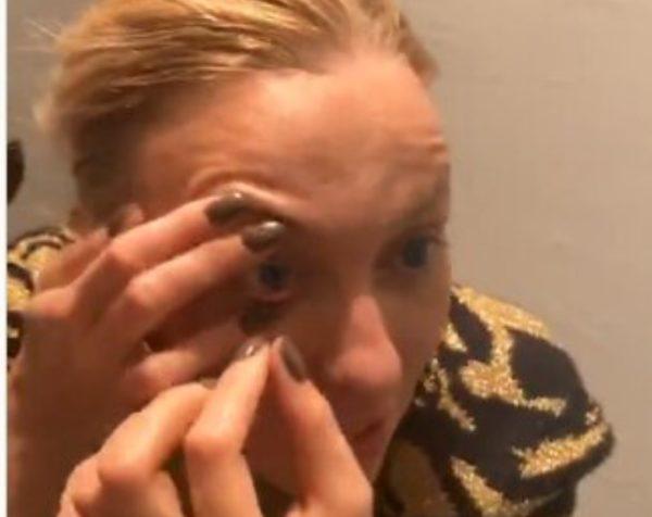 Оля Полякова розчепірила повіки пальцями, і показала, як красиво фарбувати очі