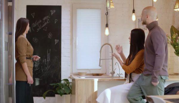 На кухне у Влада и Лилианы есть доска для признаний в любви и не только (скриншот из Instagram Лилианы)
