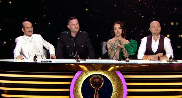 Грег Чапкис на Танцах со звездами сидит рядом со своим отцом в числе судей: суперфинал 29 ноября 2020
