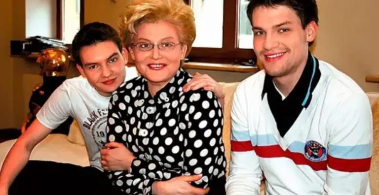Елена Малышева с сыновьями