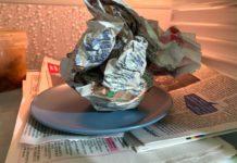 Мокра газета в холодильнику - лайфхак, який допоможе позбутися від неприємного запаху