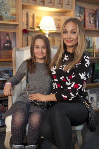 Евгения Власова с подрастающей дочкой