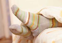 Чому варто спробувати одягнути шкарпетки перед сном