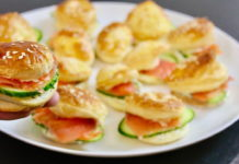 Апетитні булочки з листкового тіста з червоною рибою і вершковим сиром