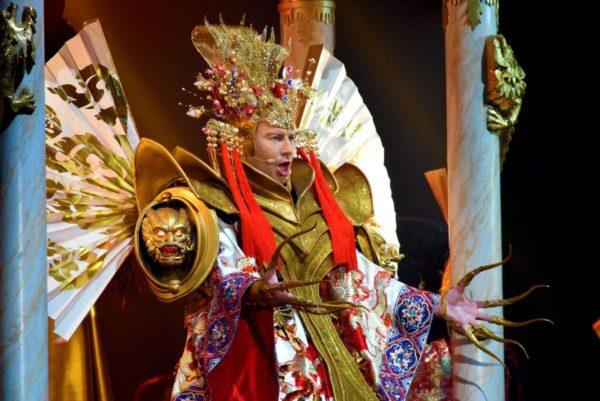 Самые смехотворные и нелепые наряды Николая Баскова за годы на сцене