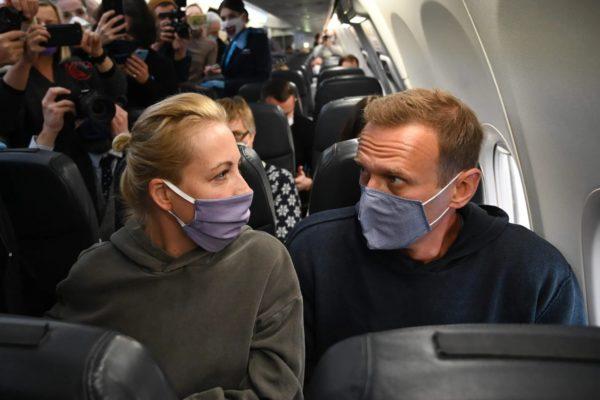 Алексей и Юлия Навальные возвращаются из Германии в Россию