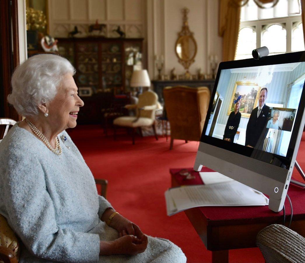Королева сейчас общается со всеми только онлайн