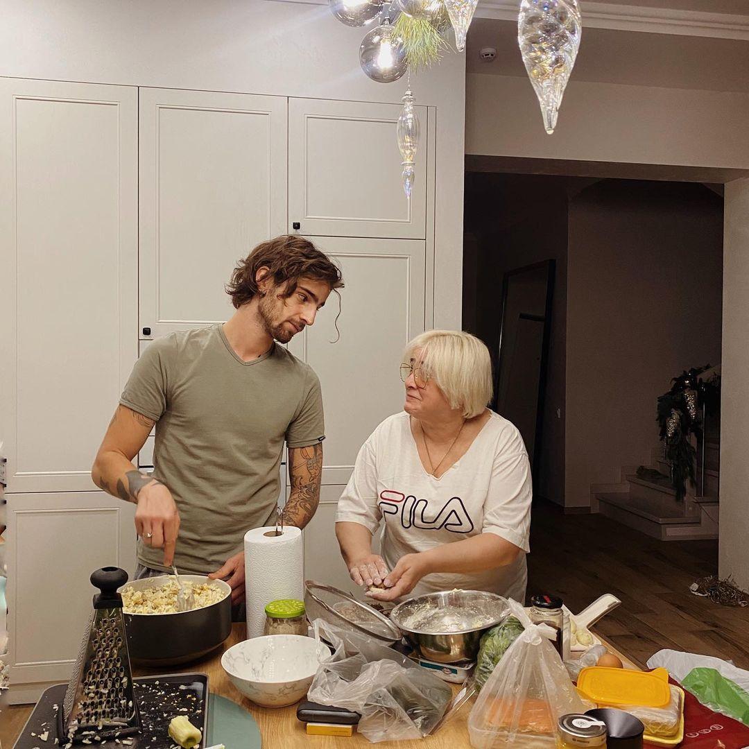 Дантес зі своєю мамою за цим