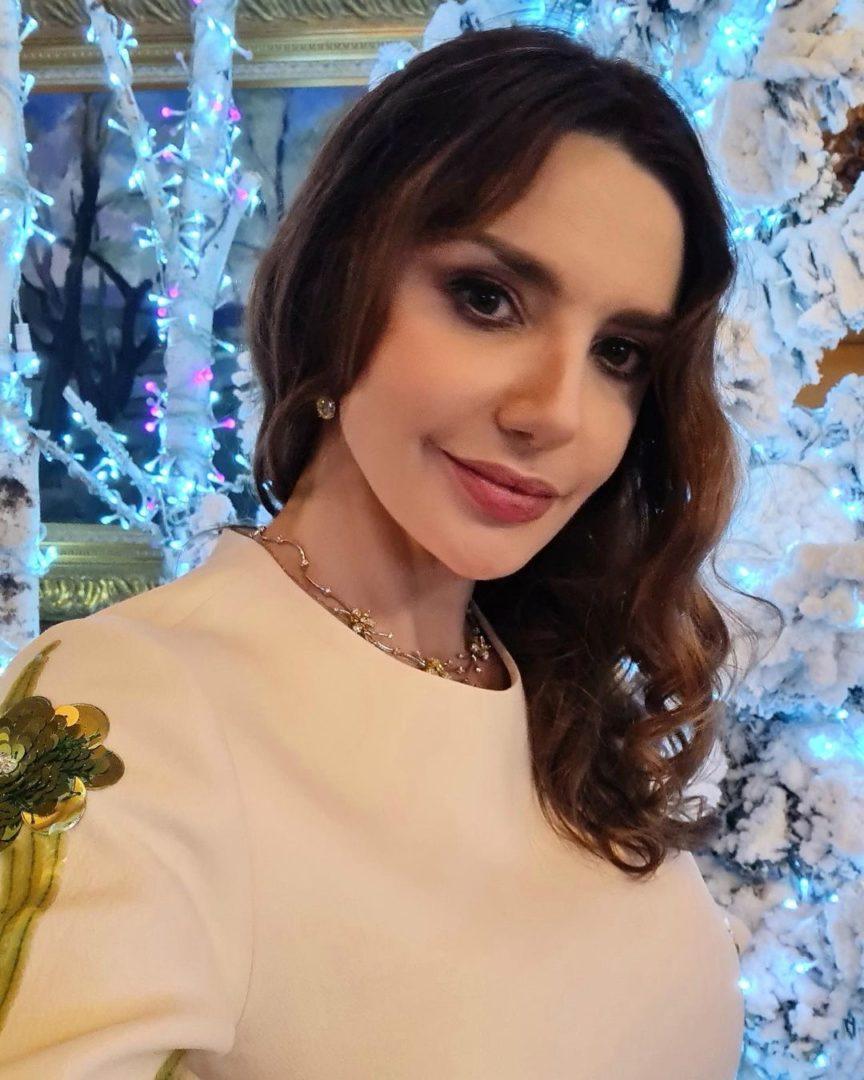 Оксана Марченко у новогодней елки
