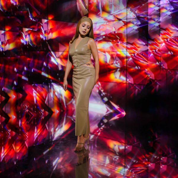 Тина Кароль в платье из кожи показала свою фигуру
