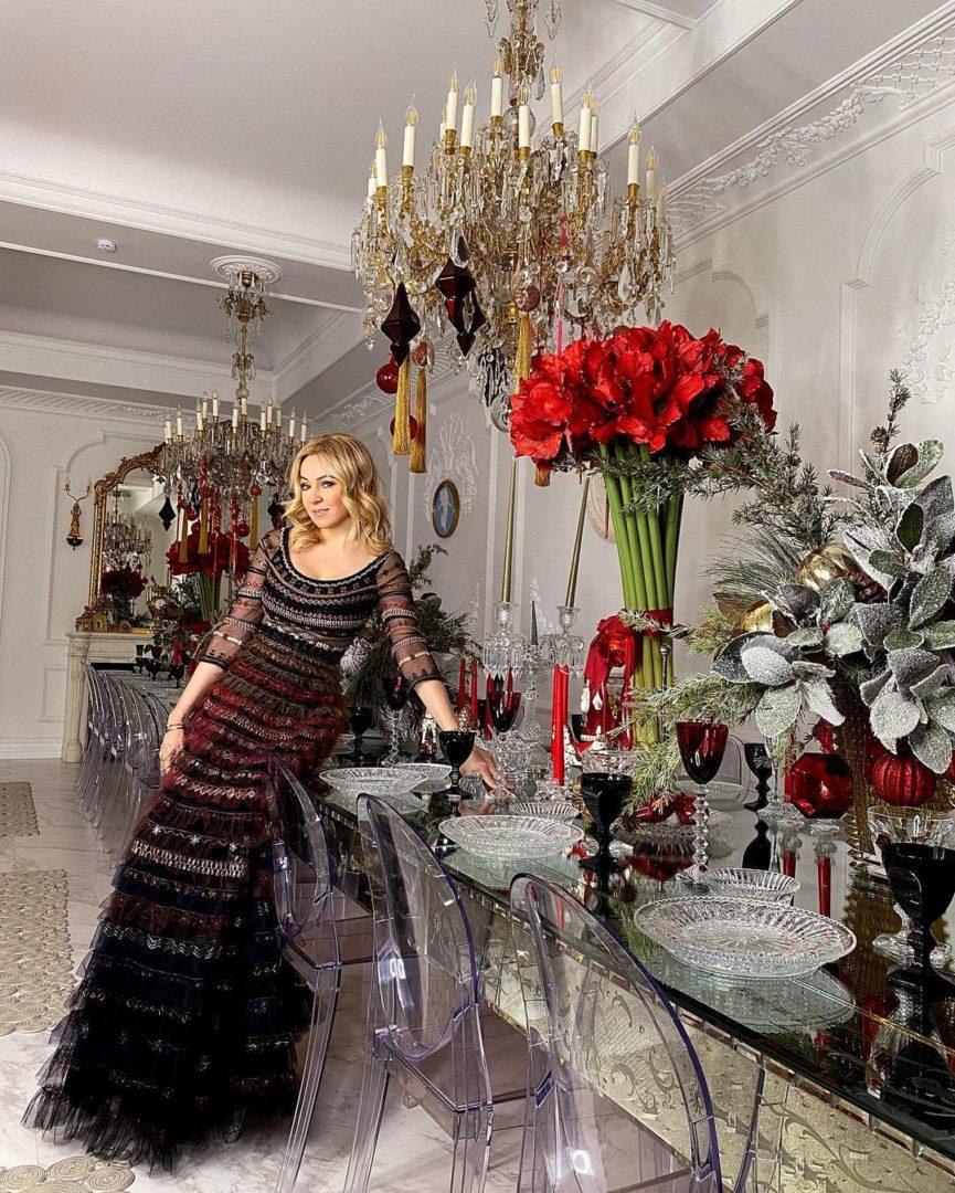 Яна Рудковська біля накритого столу
