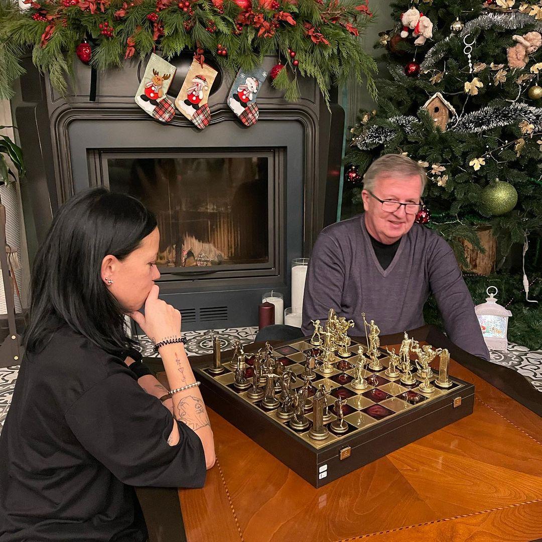 Ірина Горова з батьком грає в шахи