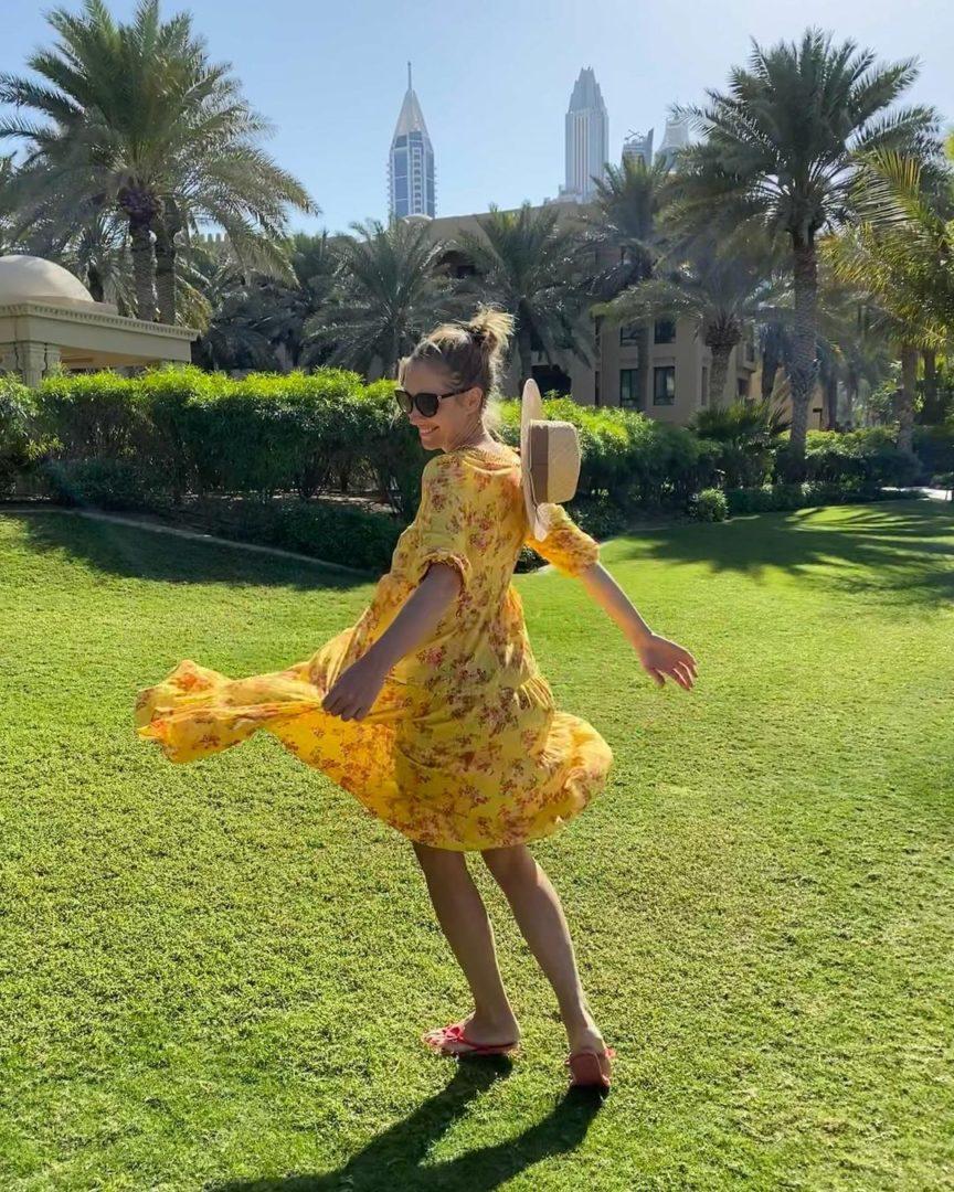 Катя Осадчая в легком платье на территории отеля