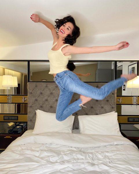 Кристина Асмус попрыгала на кровати