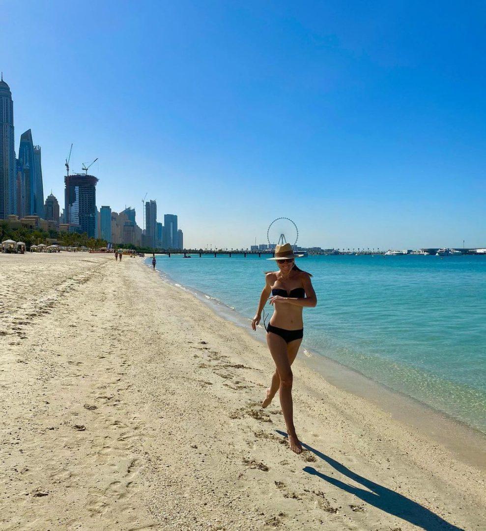 Катя Осадча на пляжі в Дубаї