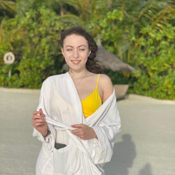 Маша Полякова в маминому купальнику