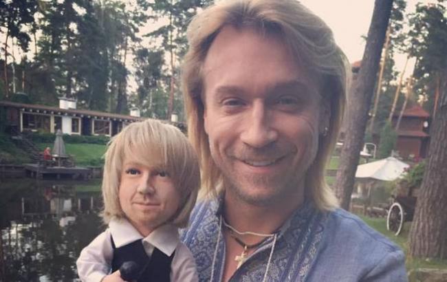 Олег Винник зі своєю лялькою