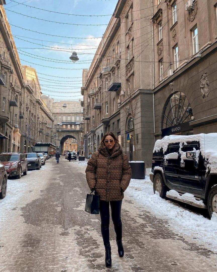 Ани Лорак посетила Киев и устроила фотосессию в кожаных штанах