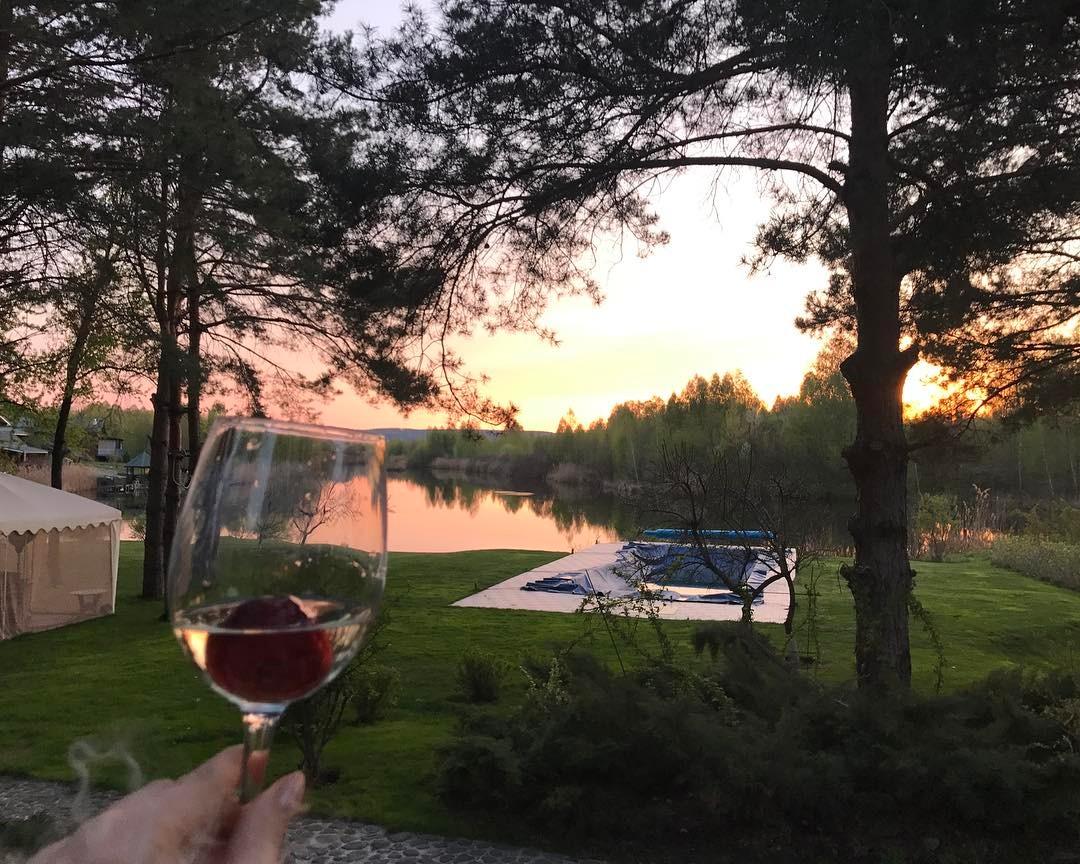 Басейн і озеро на ділянці Олі Полякової