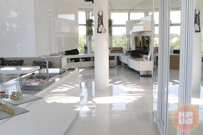 Открытое простанство с кухней, гостиной, столовой