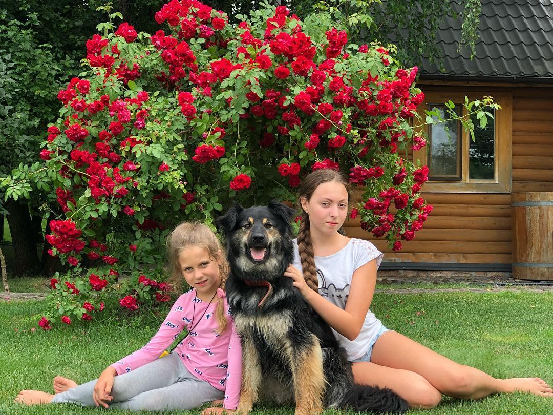 Дочки Олі Полякової Маша і Аліса у будинку