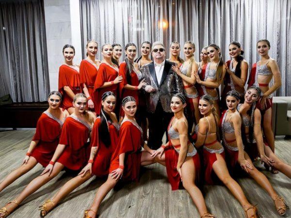 Михаил Поплавский в компании студенток