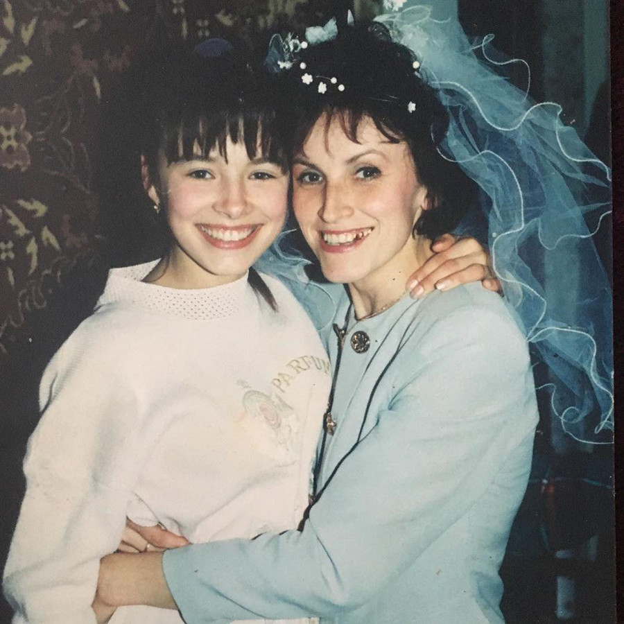Надія Мейхер в дитинстві з мамою
