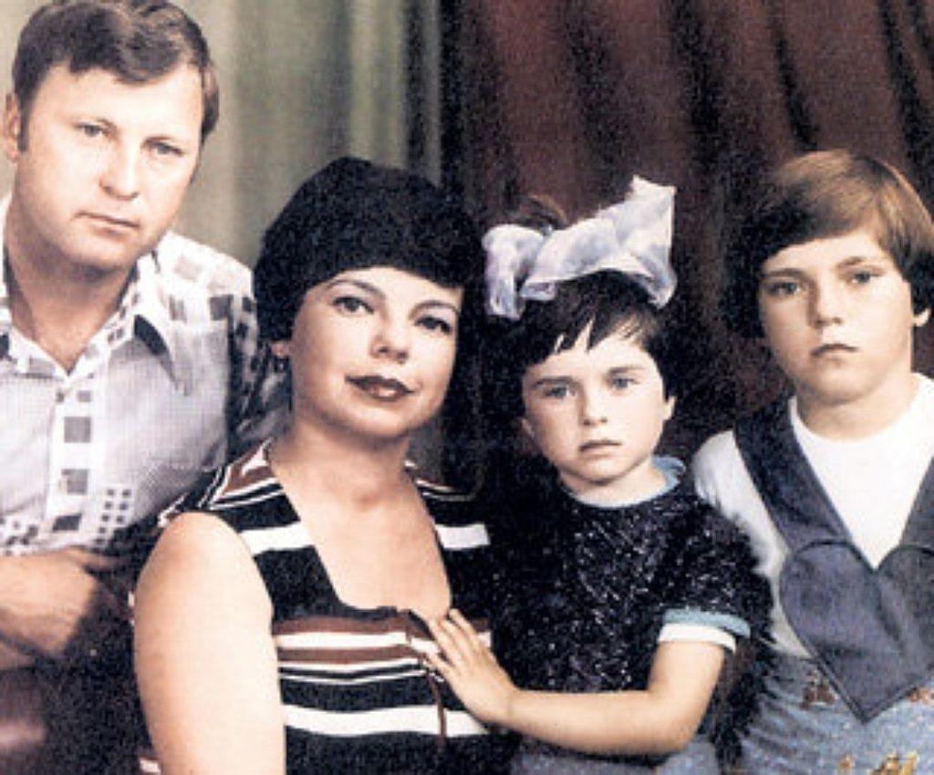 Наташа Королева в детстве со своей сестрой и родителями