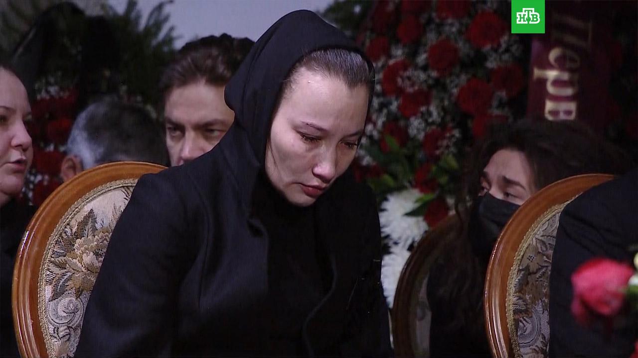 Вдова Грачевского на похоронах