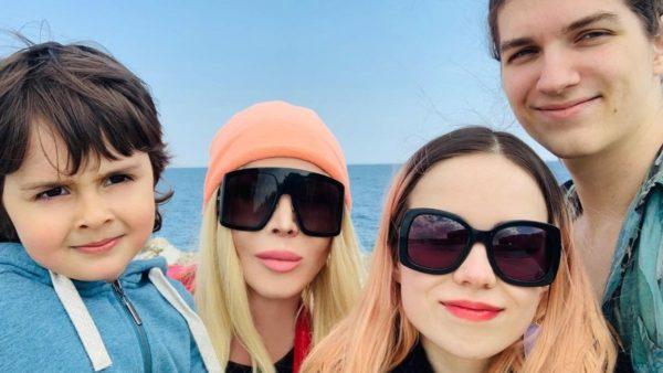 Ірина Білик з синами і майбутньою невісткою Алісою