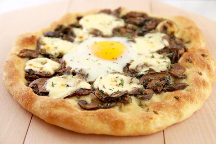 Піца з яйцем