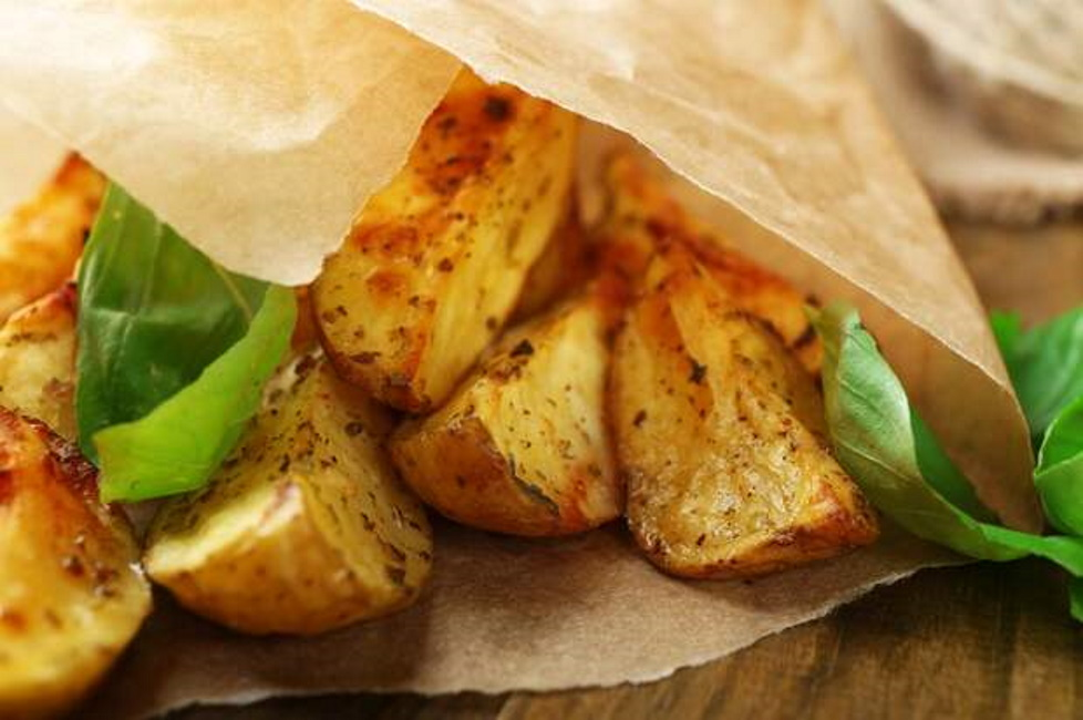 Чтобы запеченный картофель получился вкуснейшим и не надоедал, экспериментируйте с приправами и специями