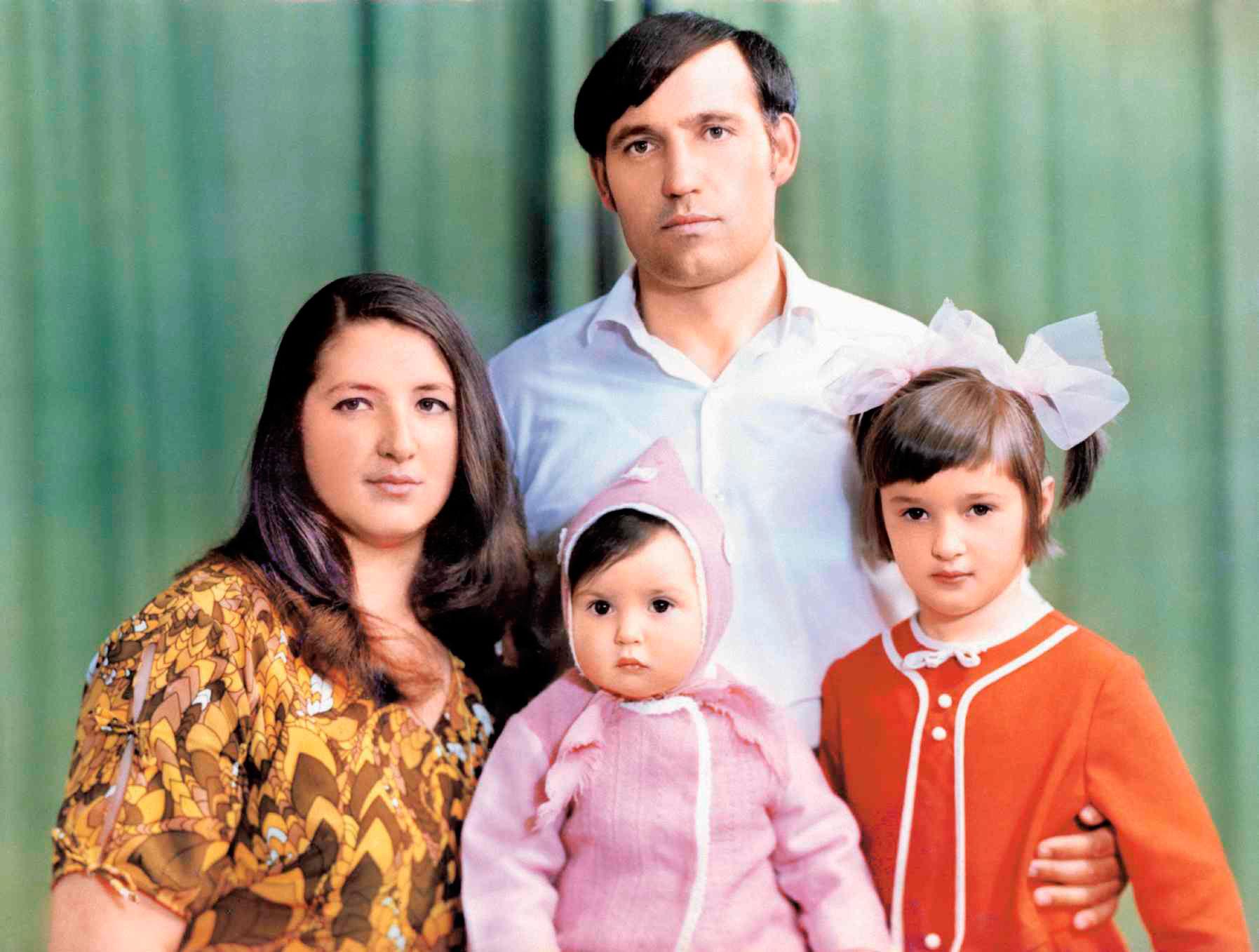 Маленькая Оксана Марченко с родителями и старшей сестрой