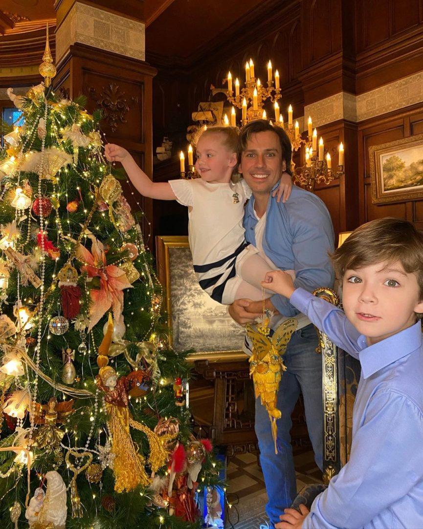 Максим Галкин с Лизой и Гарри наряжают елку