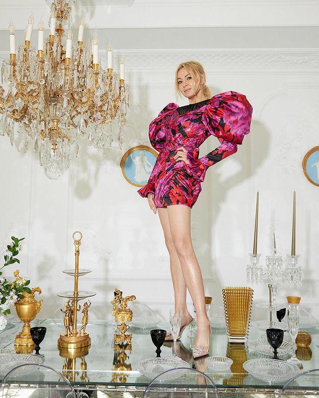 Яна Рудковська в вінтажному плаття