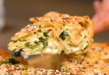 Простой пирог из лаваша с сыром, луком и зеленью