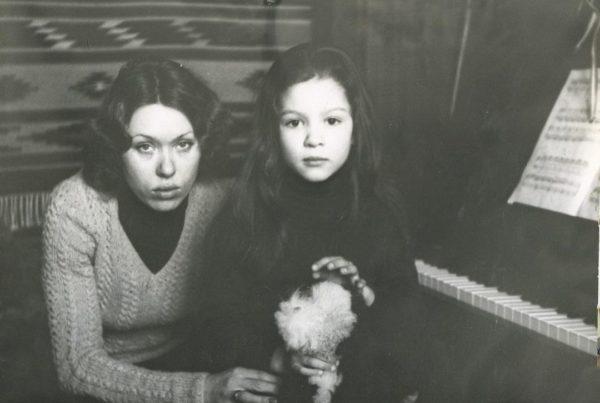 Руслана в детстве с мамой