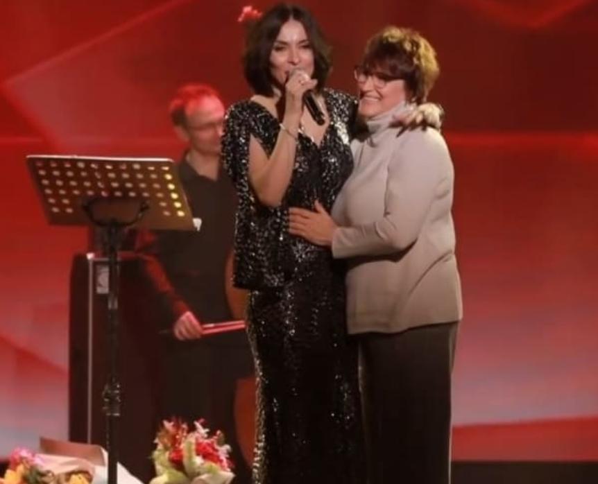 Надія Мейхер з мамою на сцені заспівали разом