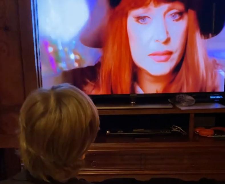 Гарик Галкин перед телевизором