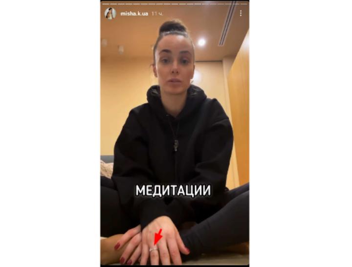 Кольцо на пальце Ксении Мишиной