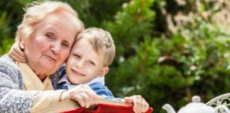 Внук и бабушка - иллюстративное фото