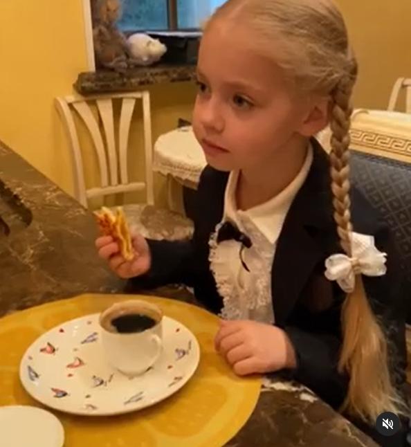 Ліза Галкіна снідає перед школою