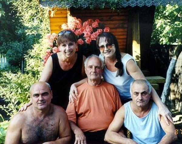 Семья Ротару: по центру отец, позади София и Лидия, брат Евгений слева, справа Анатолий