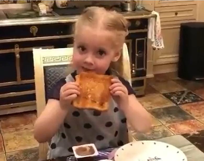 Ліза Галкіна снідає тостом без нічого